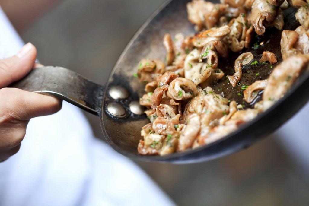 Cuisson des tricandilles, l'une des grandes spécialités girondines, dans le cadre d'un reportage sur la cuisine du cochon. Restaurant La Tupina, à Bordeaux. © Jacques Palut – Fotolia