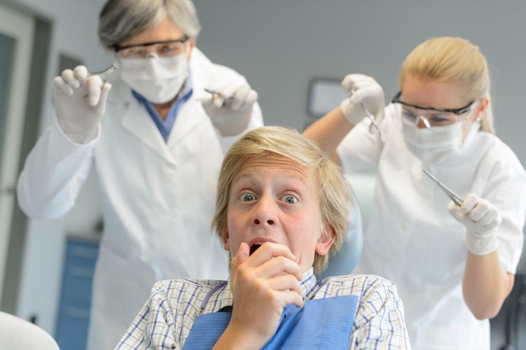 Production humoristique dans un cabinet dentaire. Lumière mixte (fenêtre sur la gauche, plafond tube fluorescent et boîte à lumière à droite). © Jean-Marie Guyon