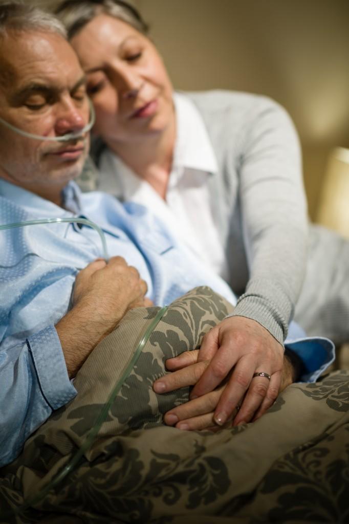Approche moins classique sur le thème d'un couple de retraités confronté à des problèmes de santé. Lumière 100 % artificielle, en studio. © Jean-Marie Guyon