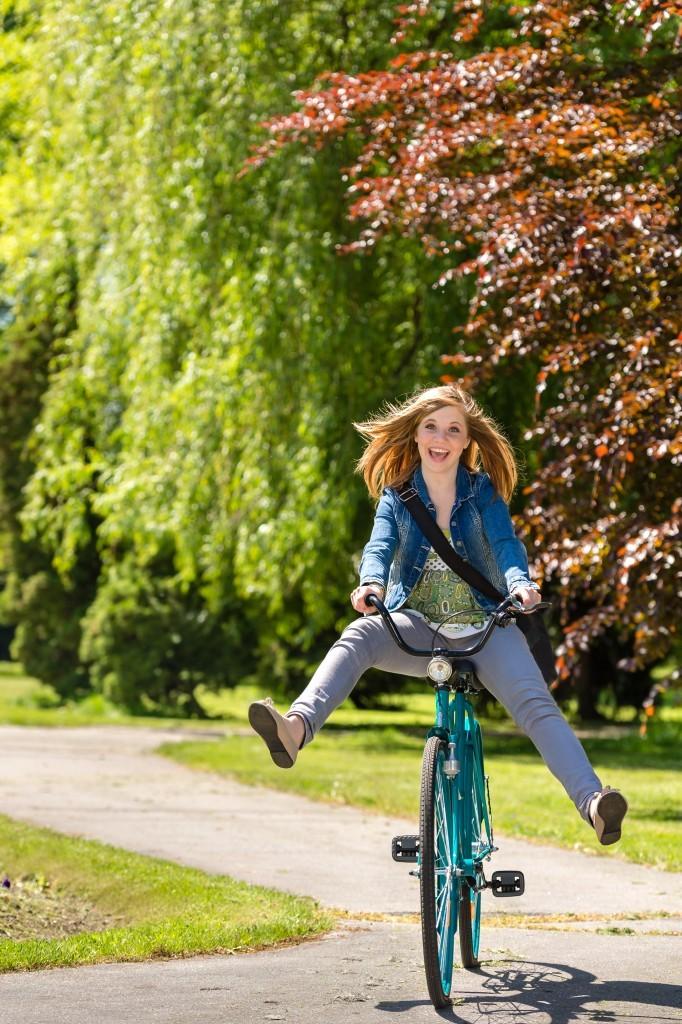 Sarah à bicyclette. Lumière artificielle à droite (deux flashs sur trépied avec 2 boîtes à lumière) en mode Hyper-sync. © Jean-Marie Guyon
