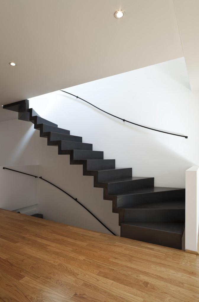 Détail d'escalier harmonieux de maison monofamiliale. Architecte : Matteo Chiosi © Alexandre Zveiger – Fotolia