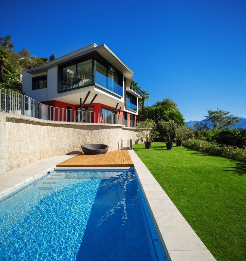 Maison de luxe en vente avec vue sur le lac Majeur à 180 degrés. Alexandre s'est repenti de ne pas avoir essayé la piscine. © Alexandre Zveiger – Fotolia