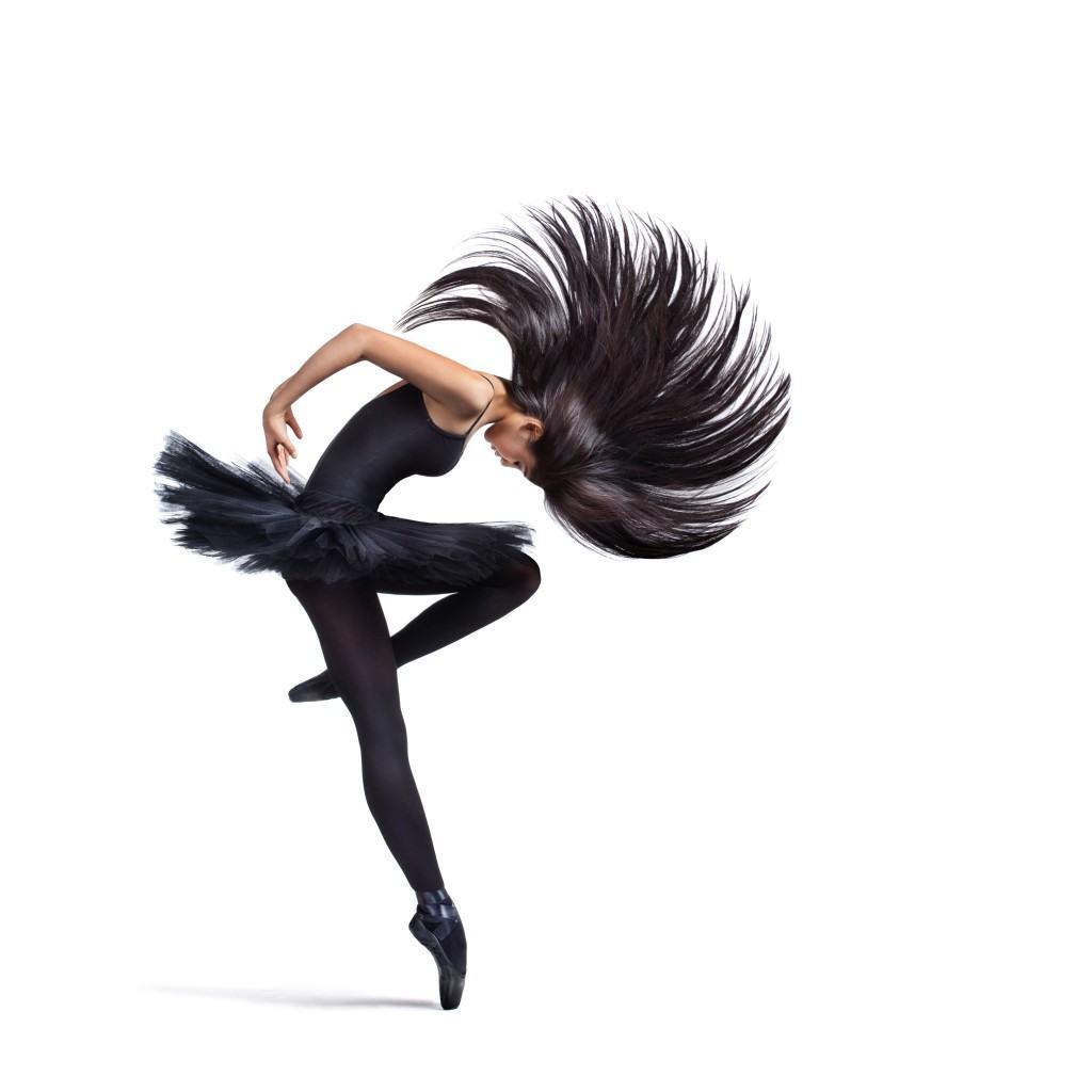 Danseuse sur une toile de fond blanche en studio. La première fois qu'on lui demande de photographier des professeurs de danse, c'est la révélation : Alexander Yakovlev décide de ne plus photographier que des danseurs ! © Alexander Yakovlev – Fotolia