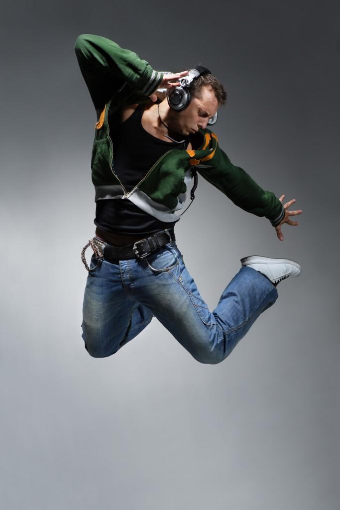 Un danseur de break dance réalisant un saut difficile. © Alexander Yakovlev – Fotolia