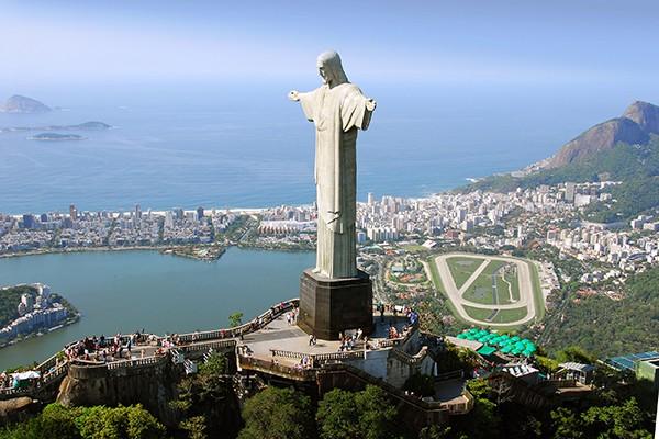 Vue aérienne de la statue du Christ Rédempteur, à Rio de Janeiro. © sfmthd – Fotolia.com