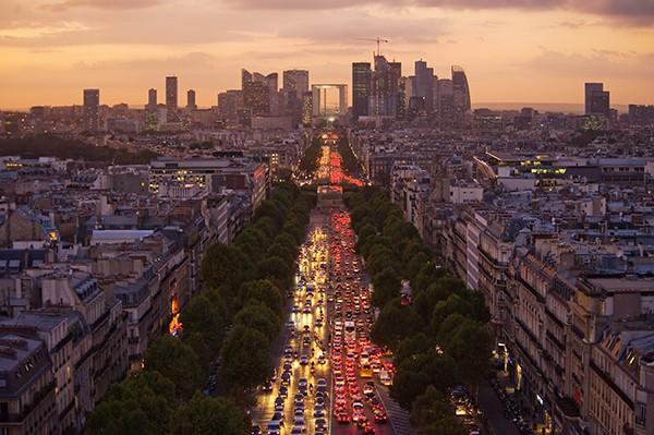 Les Champs-Elysées et la Défense au coucher de soleil. © sfmthd – Fotolia.com