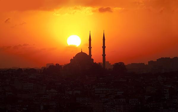 Une mosquée au coucher de soleil à Istanbul, en Turquie. © sfmthd – Fotolia.com