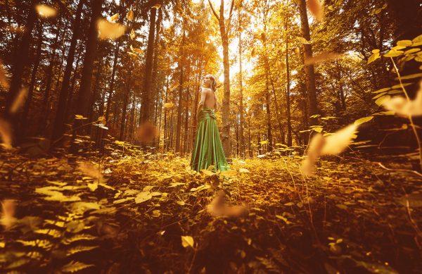 Femme en tenue de soirée dans une forêt automnale. © Lassedesignen – Adobe Stock