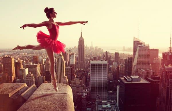 Ballerine devant l'horizon new-yorkais. © Lassedesignen – Adobe Stock