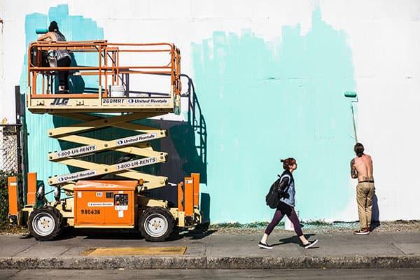 Street Painters Cette photo est importante pour moi car c'était la première d'un genre que j'exploite toujours. J'avais trouvé un cadre intéressant, une situation de rue un peu banale mais intéressante également. Je suis resté là, à attendre calmement que les éléments s'organisent dans le cadre, petit à petit, et je déclenchais quand les gens étaient au bon endroit, avec la bonne posture. Je suis peut-être resté 20minutes au même endroit, j'aime m'approprier le temps, et un endroit. J'ai découvert que souvent il suffisait de rester un certain temps au même endroit et il s'y passait toujours quelque chose d'intéressant au bout d'un moment. Cela a beaucoup joué dans ma démarche de photographie de rue, une démarche qui s'oppose à une autre méthode souvent utilisée, qui consiste à au contraire toujours avancer et toujours chercher des photos ailleurs. Déclencher puis progresser, ne pas stagner. J'applique les deux méthodes, suivant mes envies et mon humeur, si je veux manger la rue, la consommer, ou au contraire si je veux attendre patiemment de voir ce qu'elle me donne.
