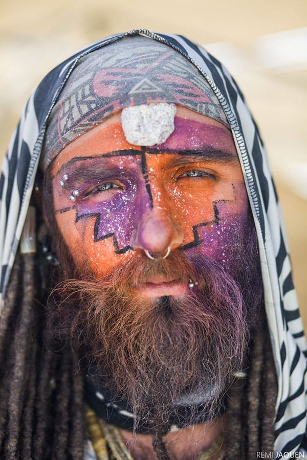 Totem Totem était mon voisin de camp au Burning Man. C'est le premier jour et la première discussion. Sa personne me fascine. Il est calme, spirituel, réfléchi. Mais un sublime rayon de soleil vient éclairer son visage, la couleur de ses yeux bleus et de la peinture sur son visage deviennent éclatantes. Je me souviens avoir eu tellement envie de prendre la photo sur l'instant que je n'arrivais plus à écouter la conversation. Dès qu'il a arrêté de parler, je lui ai demandé un portrait. J'avais une petite imprimante portative avec moi. Je lui ai tiré la photo et il m'a donné un totem en échange. C'est ça Burning Man.